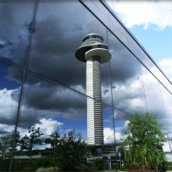 Kontrollturm -Arlanda Airport spiegelt sich in einen Gebäude