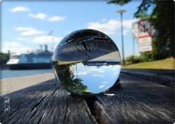 auf einer Bank auf Skeppsholmen in Stockholm grosses Schiff im Hintergrund