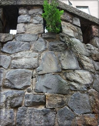 Steinmauer wo eine Strasse unten ist und eine oberhalb