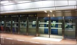 Türen zu am Gleis bei Abfahrt